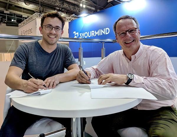 Stefan Ritt und Aleksander Ciszek unterzeichneten den Arbeitsvertrag auf der formnext 2018