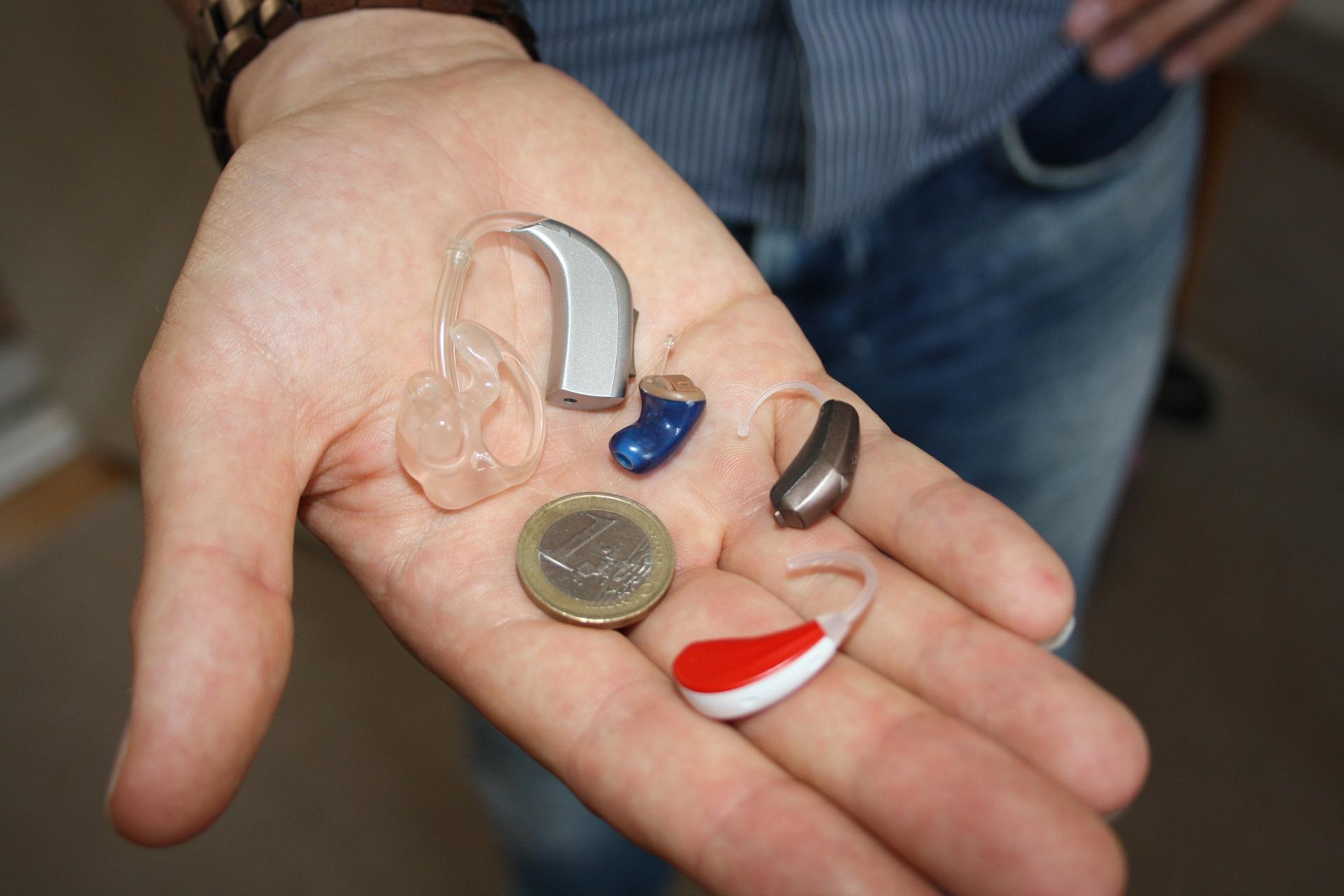 3D gedruckte Hörgeräte in verschiedenen Formen und Größen
